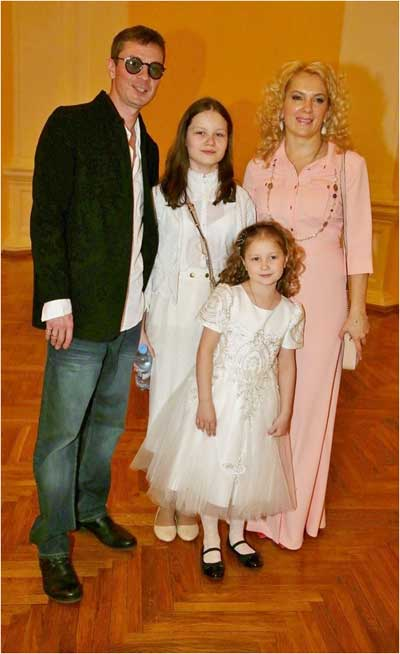 Мария Порошина с мужем и дочерьми