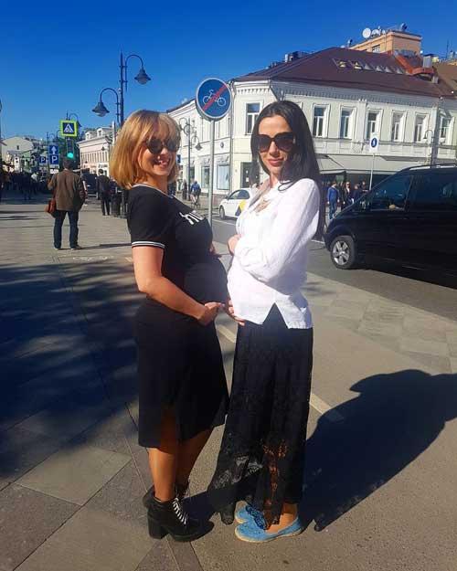 Елена Глазкова с подругой